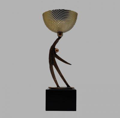 trophée coupe métal personnage socle bois noir