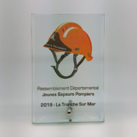 trophée plaque verre imprimée en couleur bords biseautés et fixation chromée