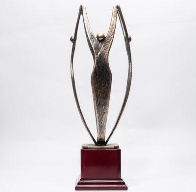trophée métal personnages se tenant les mains socle en bois
