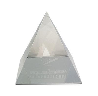 presse papier pyramide en verre optique gravé