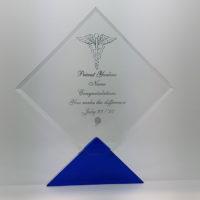 trophée en verre losange avec socle bleu gravé et remplissage couleur argent