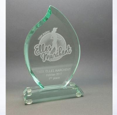 trophée en verre flamme gravé d'un logo et texte