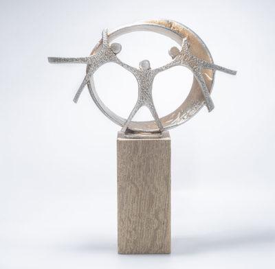 trophée socle en bois et sphère personnages en métal V55
